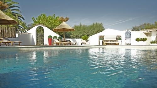 piscine-avec-terrasse-de-400m%c2%b2-a-lhotel-le-mas-des-rieges
